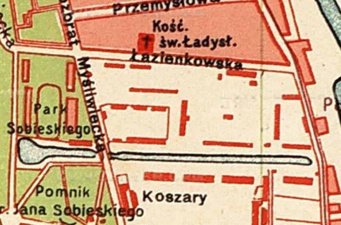 """Fragment planu Warszawy z okresu uzyskania dzierżawy terenu pod stadion, na którym oznaczone zostały istniejące budynki. Pierwszy lokal sekcji piłkarskiej to ten mały czerwony prostokąt, bezpośrednio nad literą """"e"""" w nazwie ulicy Myśliwieckiej."""
