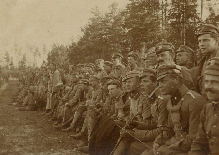 Bolesław Wieniawa-Długoszowski (4 od prawej) na trybunie jednego z boisk legionowych na Wołyniu
