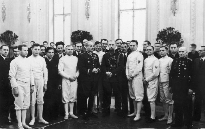 W środku, zwrócony profilem Prezes Polskiego Związku Szermierczego gen. Bolesław Wieniawa-Długoszowski w otoczeniu szermierzy