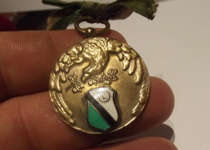 Awers medalu z nakładką w postaci odznaki klubowej