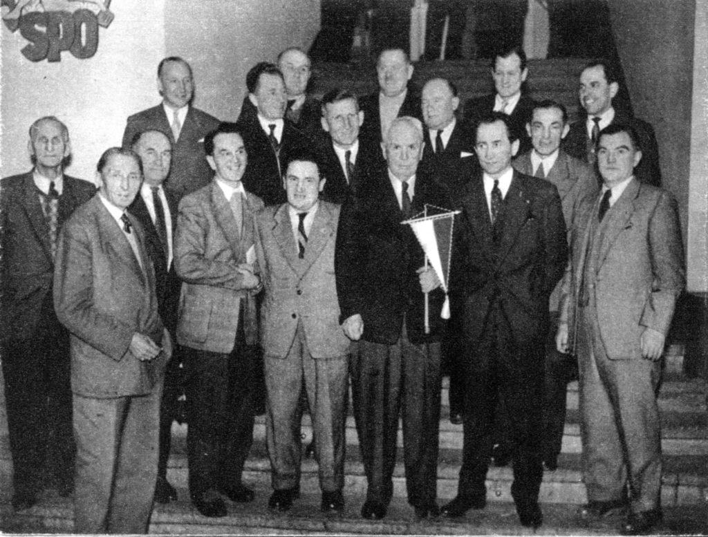 Przedwojenni zawodnicy po zebraniu sekcji piłki nożnej, na którym przywrócono piłkarskiej Legii dawną nazwę, barwy i herb. W grupie stoją między innymi trzej założyciele klubu z 1916 r.
