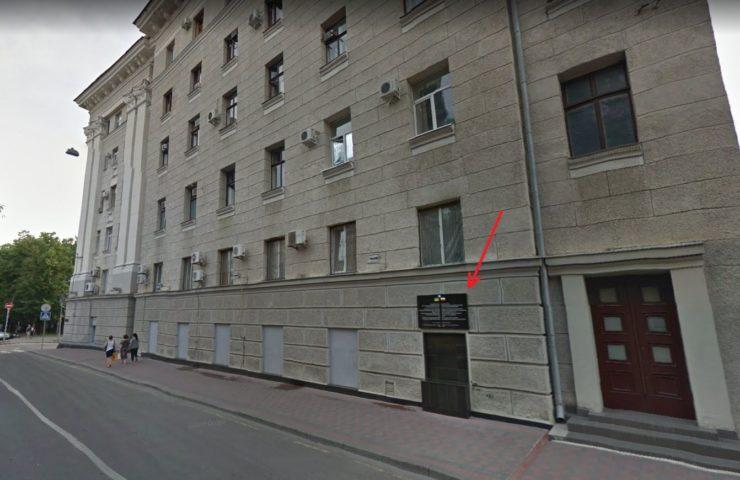 Tablica pamiątkowa informująca o miejscu kaźni jakim była siedziba NKWD znajduje się w bocznej uliczce, przy Czernyszewskiej. (Google Street View)