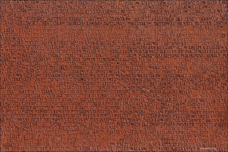 Fragment pomnika z Cmentarza Ofiar Totalitaryzmu w Piatichatkach z nazwiskami pomordowanych oficerów polskich. W prawym górnym rogu uwieczniono Tadeusza Kowalskiego - piłkarza Legii (czarnota.org)