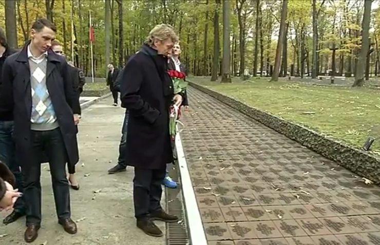 W 2013 r. przed meczem Ukraina - Polska Cmentarz Ofiar Totalitaryzmu w Piatichatkach odwiedziła delegacja z PZPN. Na zdjęciu prezes Zbigniew Boniek i sekretarz Maciej Sawicki - były piłkarz Legii. (Youtube)