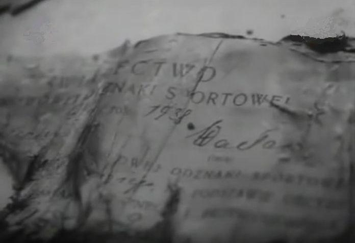 """Znalezione w masowym grobie w Piatichatkach świadectwo Państwowej Odznaki Sportowej. Egzaminy na taką odznakę przeprowadzała również Legia (kadr z filmu """"Nie zabijaj"""" S.F.Kronika)"""