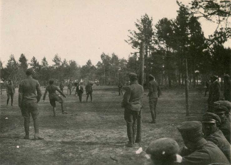Wiele meczów drużyn niższego szczebla na przyfrontowych boiskach wyglądało jak na powyższym zdjęciu. Zawodnicy przeciwnych drużyn nie różnili się strojami.
