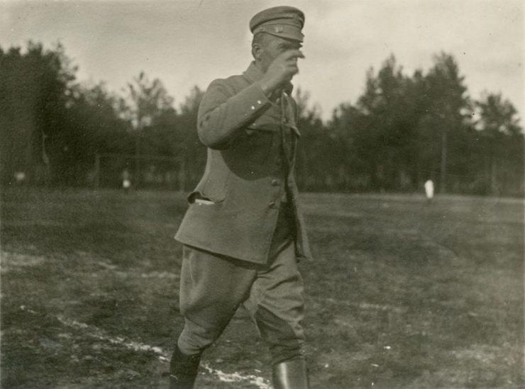 Komendant Józef Piłsudski na boisku w Nowej Rarańczy na froncie wołyńskim