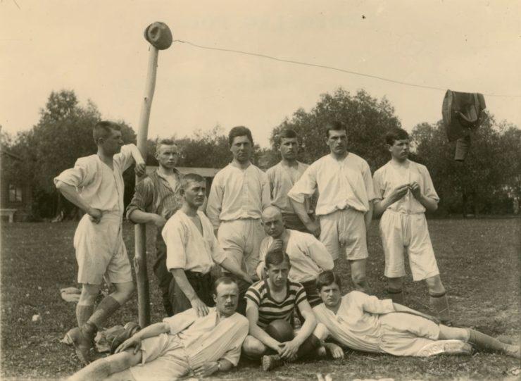 Drąg jako słupek, drut jako poprzeczka. Sport wojskowy zaczynał podobnie jak piłka podwórkowa. Na zdjęciu jedna z wielu frontowych drużyn legionowych.