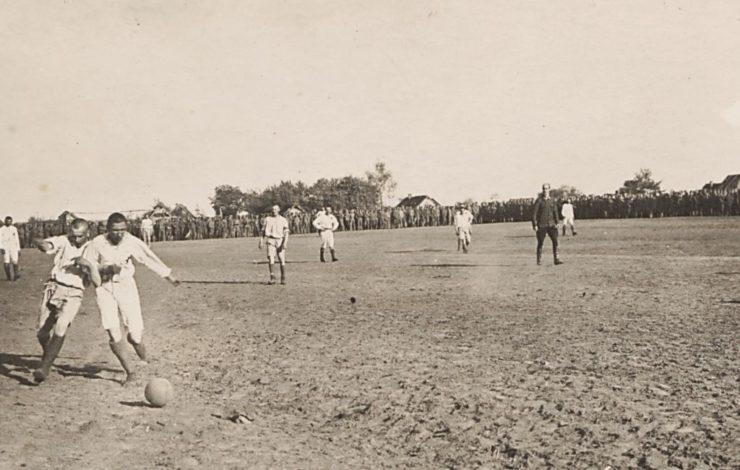 Rewanżowy mecz pomiędzy 2 i 3 Pułkiem Piechoty rozegrany 14.05.1916 r w Karasinie. Wynik 1:0 dla 3 Pułku. Z dużą dozą prawdopodobieństwa sędzią tych zawodów był Orest Dżułyński, którego charakterystyczną sylwetkę w mundurze widać na fotografii