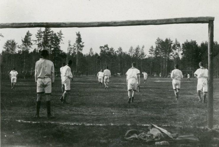 Drużyny pułkowe zawsze w strojach sportowych, często z emblematami na piersi godnie starały się reprezentować swoje pułki