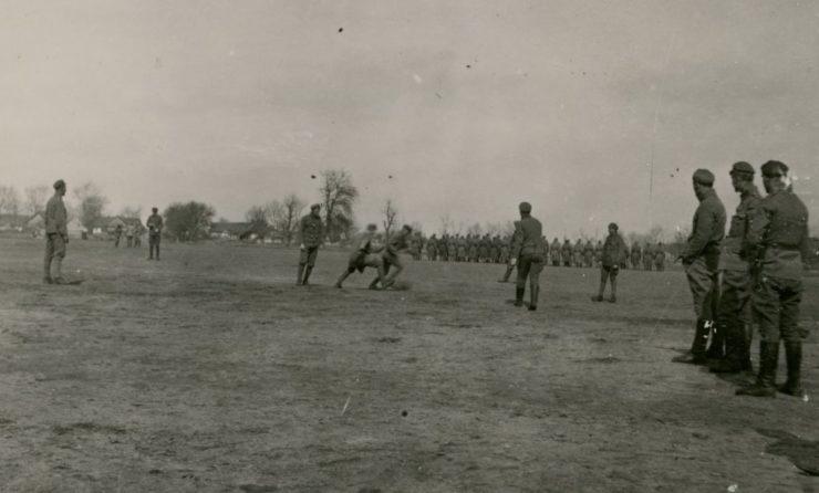 Kwiecień 1916 r. Mecz drużyn kompanijnych 1 Pułku Piechoty rozegrany w Karasinie