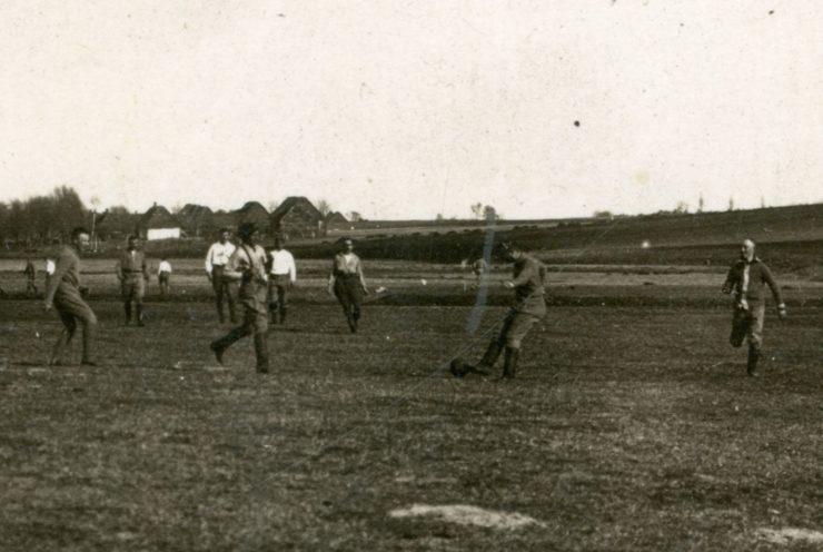 Mecz rozegrany 15 marca 1915 r. na pastwisku w Mierzwinie. W środku w czapce i szelkach Michał Brzęk-Osiński, późniejszy polityk II RP, poseł na Sejm.