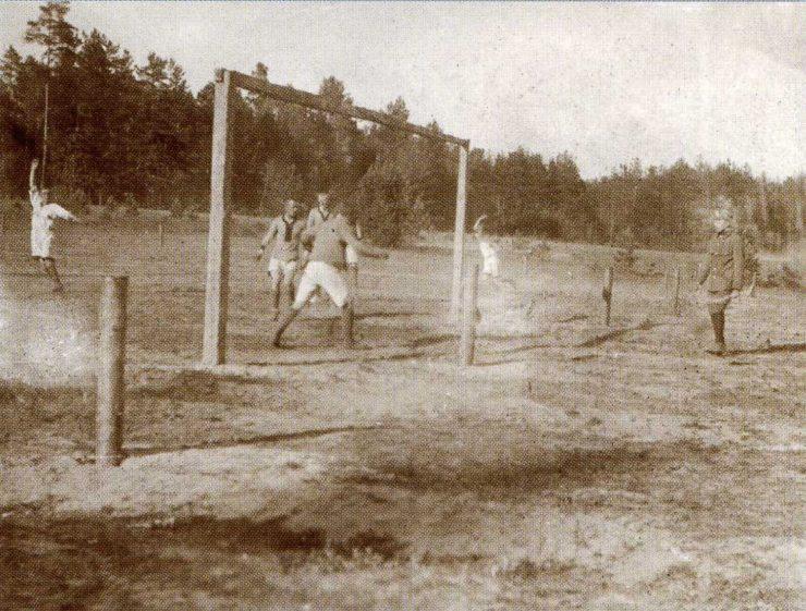 """Mecz 1 Pułku z 4 Pułkiem rozegrany 6 czerwca 1916 r. Bramka """"Czwartaków"""" w opałach."""