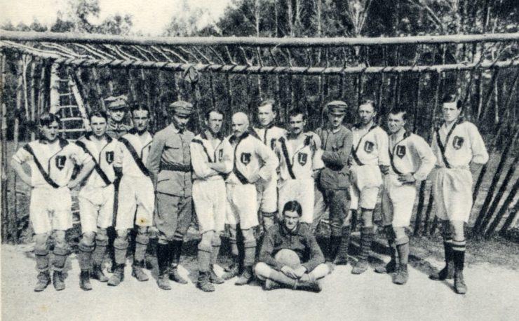 Legia na własnym boisku w Legionowie. Zdjęcie najprawdopodobniej z czerwca 1916 r.