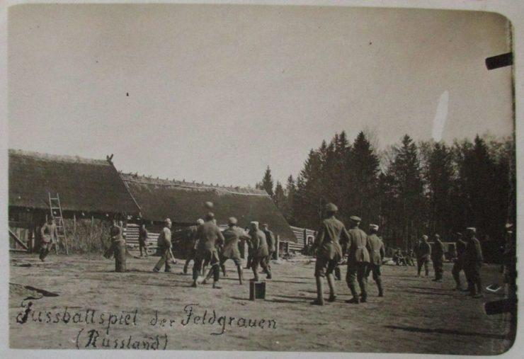Na szybko zaaranżowane zawody piłkarskie podczas jednego z postojów. Skrzynka, pieniek, piłka i mecz gotowy.