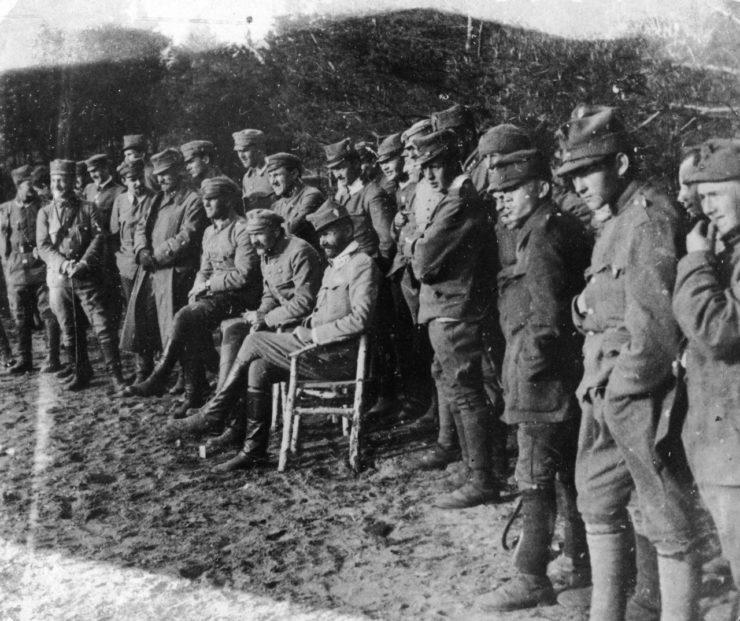 """Zachowało się kilka zdjęć ze wspominanego przez Mielecha meczu. Komendant Józef Piłsudski oraz płk. Bolesław Roja 18 czerwca 1916 r. jak widać, ze sporym zainteresowaniem obserwowali mecz z """"trybuny"""" boiska pod Optową. To właśnie wówczas grały Legia i 4 Pułk Piechoty. Wygrała Legia 6:4."""
