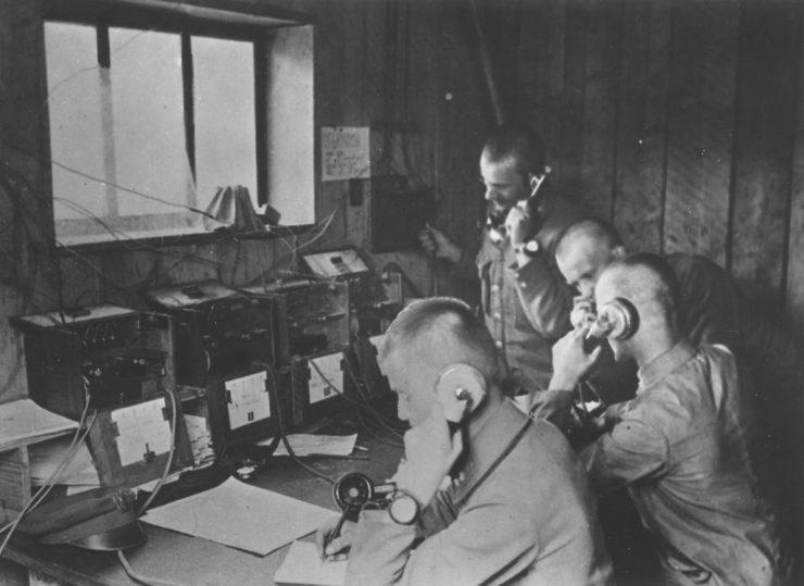 Legioniści Kompanii Telefonicznej podczas służby w Legionowie w 1916 r. Pod ścianą stoi Stanisław Tyrowicz - współautor pamiętnika
