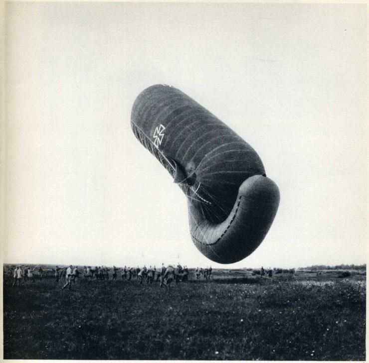 Niemiecki balon obserwacyjny. Często służył do koordynowania ognia artyleryjskiego. Połączenie z takim balonem było realizowane poprzez standardowy telefon przewodowy.