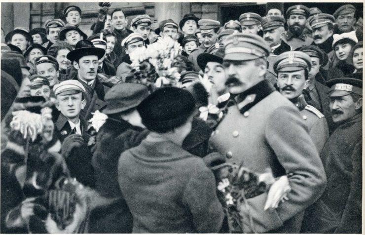 Moment powitania Komendanta Piłsudskiego przez warszawiaków po jego przybyciu do miasta 12 grudnia 1916 r.