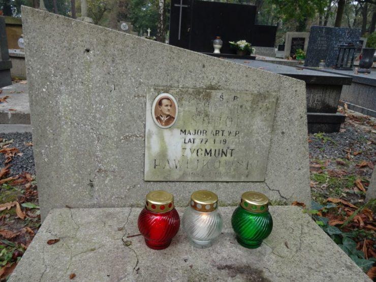 Dacie radę odczytać czyj to grób? Nie, nie chodzi o Zygmunta Pawlikowskiego, nazwisko legionisty jest wyżej, obok zdjęcia.