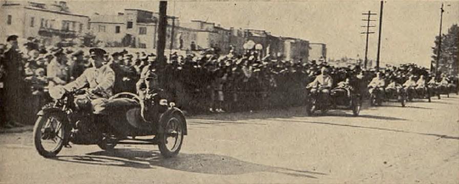 Parada zwycięzców Grand Prix Polski 1938. W pierwszym Sokole siedzi Komandor wyścigu płk.Andrzej Meyer - prezes Sekcji Motocyklowej WKS Legia, w dalszych, sześciu zwycięzców w poszczególnych kategoriach