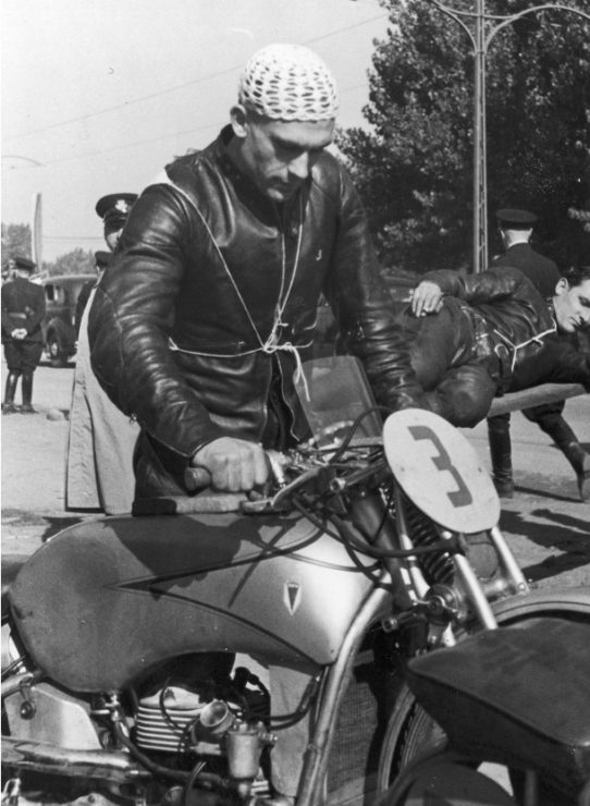 Siegfried Wünsche przy motocyklu kolegi z teamu, DKW 500 Johannesa Bungerza