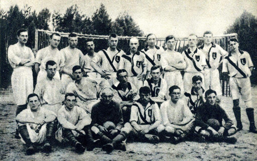 Na zdjęciach Wrócisław Smoleński jak profesjonalny skrzydłowy również ustawiał się zawsze na flance. Na zdjęciu z Legionowa (1916) pierwszy z prawej.