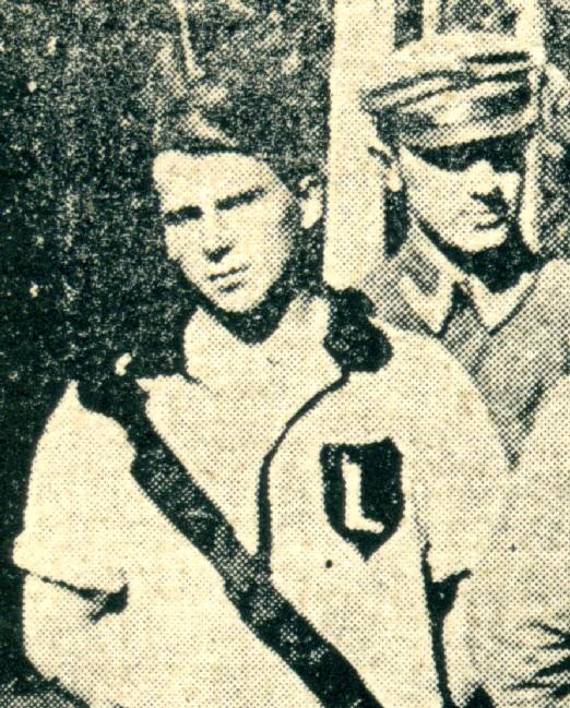 Wrócisław Smoleński, skrzydłowy drużyny z czasu Legionów w 1916 r.  Za nim stoi  Roman Górecki, który 10 lat później, w 1926 r.  zostanie prezesem warszawskiej Legii.
