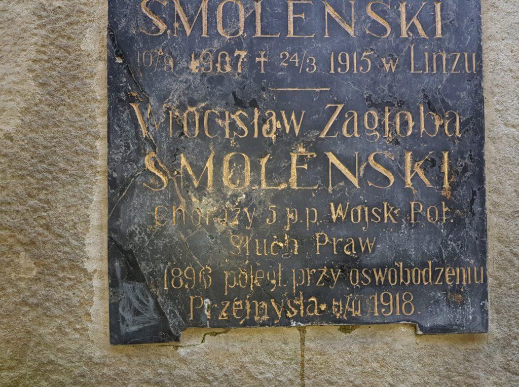 Tablica nagrobna poświęcona Wrócisławowi Smoleńskiemu na rodzinnym grobie również wykazuje datę śmierci jako 11 listopada 1918 r.