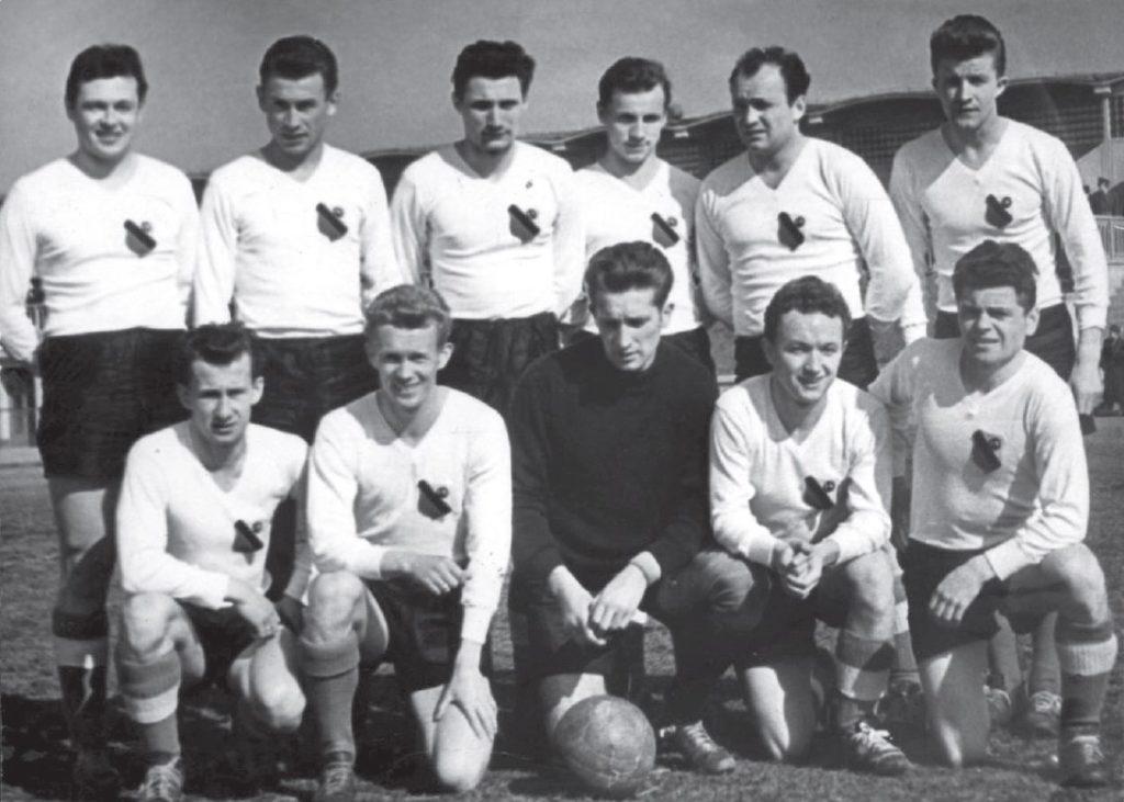 Herb CWKS zniknął bezpowrotnie. Na pierwszy mecz rozgrywany w Warszawie w marcu 1957 r. drużyna WKS Legii wyszła w koszulkach z przedwojennym herbem.