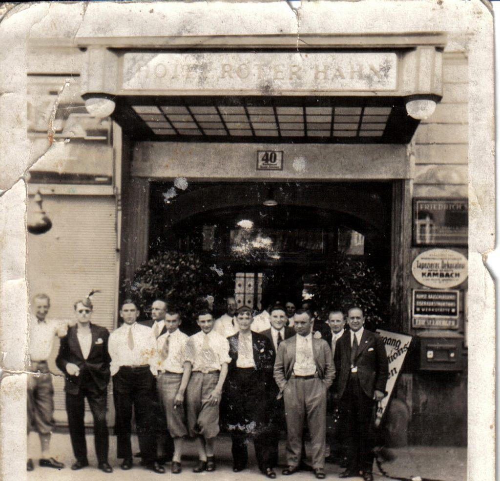 Legia przed hotelem Roter Hahn w Wiedniu. Od lewej: Nowakowski, Schaller, Brożek, Żukowski, H.Przeździecki, W.Przeździecki, Cebulak, Jesionka, Martyna, Rajdek, NN